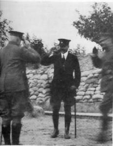 Charles de Broqueville en visite des dépôts de munitions du 7e de Ligne (de gauche à droite : le général Rucquoy, M. de Broqueville, le général Coppejans