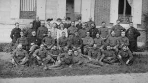 """Soldats en convalescence dans le home de """"Petite-Couronne"""" au sud de Rouen."""