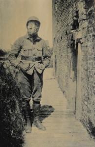 Jacques de Broqueville avec un masque à gaz au Fort Knokke.
