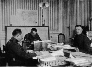 Un des bureaux du ministère de la guerre au Havreavec trois commandants : M.M. Dupont, Blaise et Quintin.