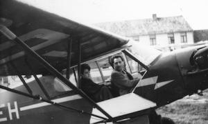 Arnaud de Broqueville au commande d'un avion avec à ses cotés Michel, son frère cadet.