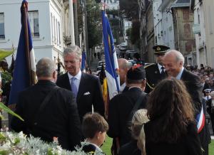 Le Roi Philippe saluant les anciens combattants belges et français placés autour du monument Albert Ier
