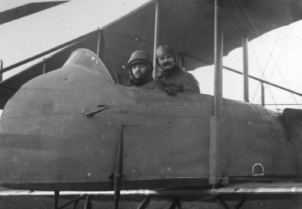 Farman M11. Jacques en avant avec son instructeur.