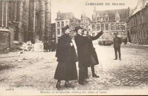 Visite de Charles de Broqueville, au mileiu avec à sa droite le comte de Lannoy et à sa gauche Louis de Lichtervelde, son secrétaire à Ypres fin 1914.