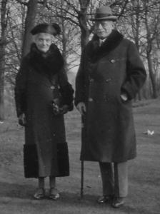 Berthe d'Huart et Charles de Broqueville, en mars 1933 dans le Parc de la Woluwe à Bruxelles.
