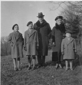 Charles et Berthe de Broqueville accompagnés par trois de leurs petits enfants (Édouard, Arnaud et Norbert, dans le parc de la Woluwe en janvier 1933.