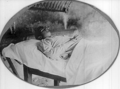Hubert sur son lit de mort.